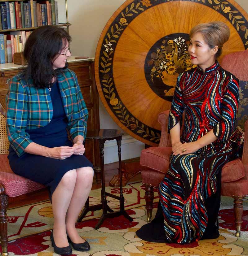 奥格尔维夫人出席中国剧团在温顿城堡的新闻发布会