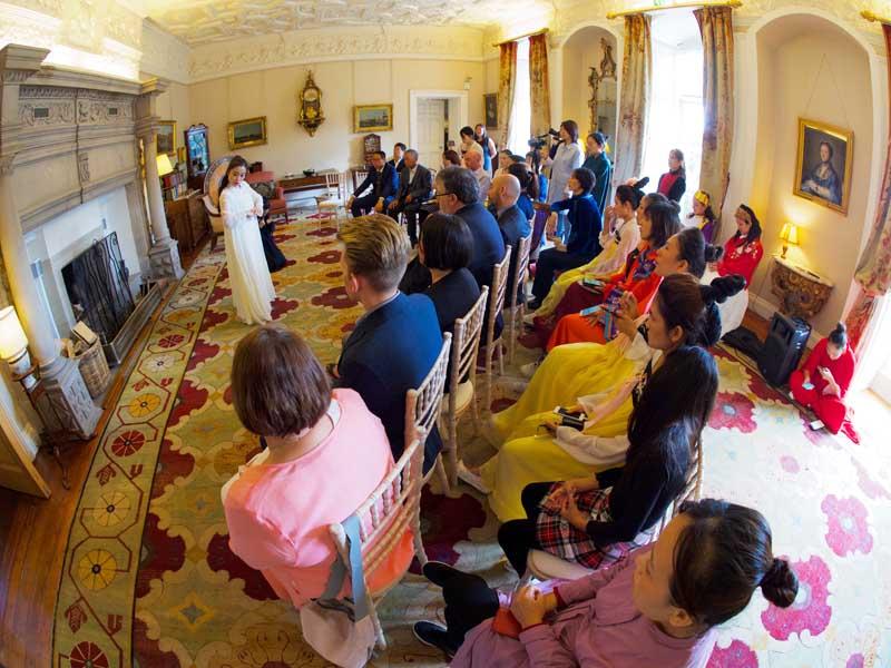 温顿城堡客厅中的中国剧团表演