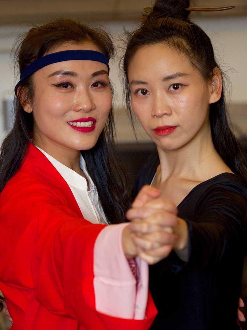 两名中国女舞蹈演员在温顿城堡起舞